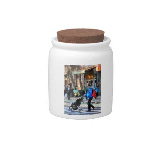 Papá que empuja el Greenwich Village del cochecito Platos Para Caramelos