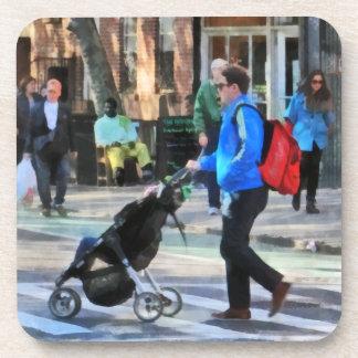 Papá que empuja el Greenwich Village del cochecito Posavaso