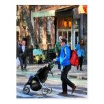 Papá que empuja el Greenwich Village del cochecito Postal