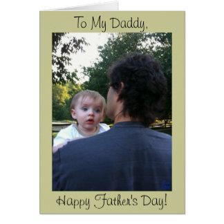 Papá que sostiene la tarjeta del día de padre del
