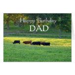 Papá-Vacas del feliz cumpleaños en pasto Tarjeton