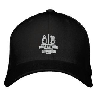 Papás que consiguen el gorra puesto a tierra del gorras de beisbol bordadas
