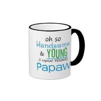 Papaw hermoso y joven taza de café