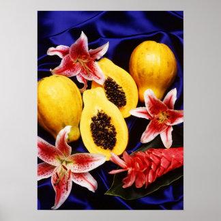 Papayas hawaianas con los lirios y las flores del póster