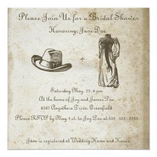 """Papel antiguo con el vestido y el gorra de boda invitación 5.25"""" x 5.25"""""""