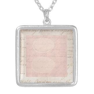 Papel de pergamino colonial de la escritura del collar plateado