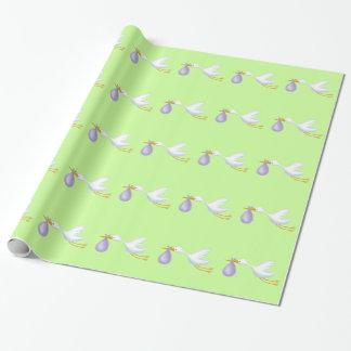 Papel de regalo verde de la cigüeña para el bebé