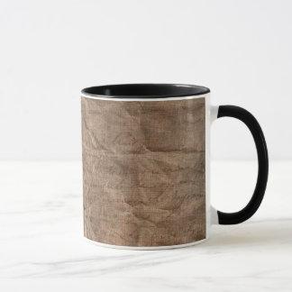 Papel marrón arrugado que envuelve la taza