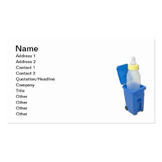 Papelera de reciclaje con el biberón tarjetas de visita