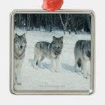 Paquete de lobos en el borde del bosque nevoso adorno navideño cuadrado de metal