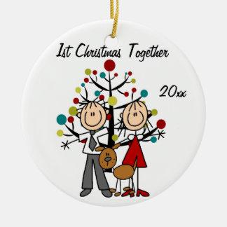 Para arriba vestidos pares con el ornamento adorno navideño redondo de cerámica