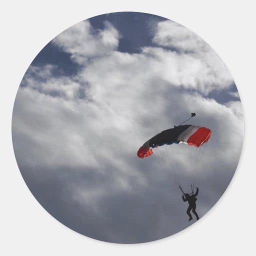 Paracaídas blanco y azul rojo con las nubes pegatina redonda