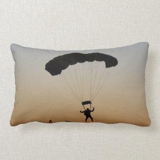 Paracaídas del Skydiver en la almohada del Lumbar