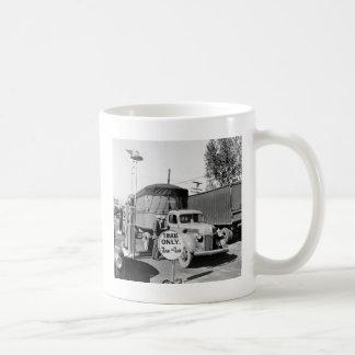 parada de camiones de los años 40 taza de café