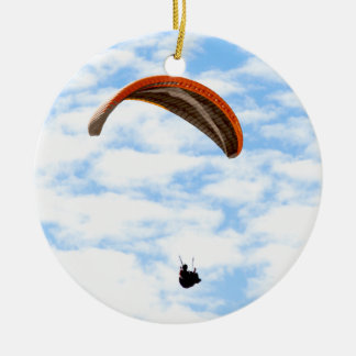 Paragliding en las nubes adorno navideño redondo de cerámica