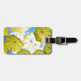 Paraguas amarillos soleados etiquetas de maletas