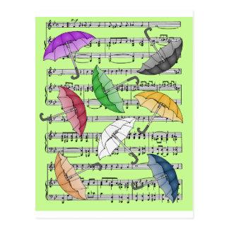Paraguas coloridos con el fondo de la partitura tarjetas postales