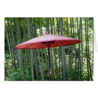 Paraguas japonés entre el bambú tarjeta pequeña