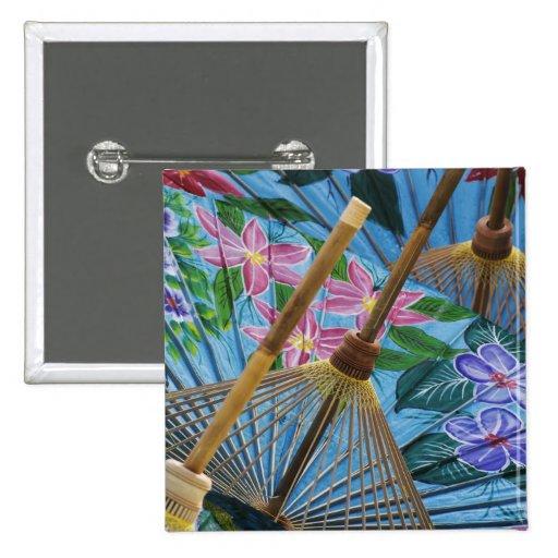 Paraguas pintados a mano decorativos en el pueblo pins