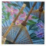 Paraguas pintados a mano decorativos en el pueblo azulejo cerámica