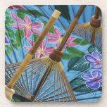 Paraguas pintados a mano decorativos en el pueblo posavasos de bebidas