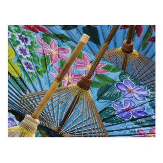 Paraguas pintados a mano decorativos en el pueblo postal