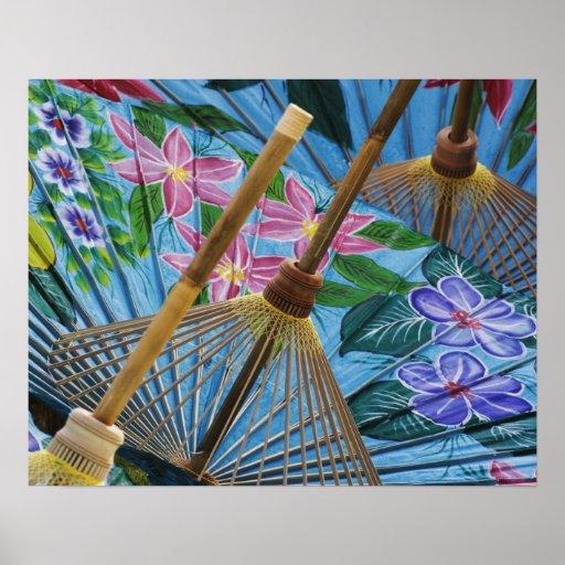 Paraguas pintados a mano decorativos en el pueblo póster