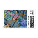 Paraguas pintados a mano decorativos en el pueblo sellos postales