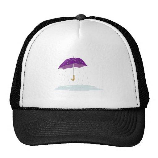 Paraguas púrpura en la lluvia gorros
