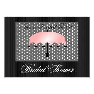 Paraguas rosado nupcial o invitación de la fiesta