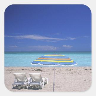 Paraguas y dos sillones en la playa, Miami Pegatina Cuadrada