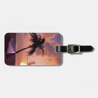 Paraíso de la isla en la puesta del sol etiquetas de maletas