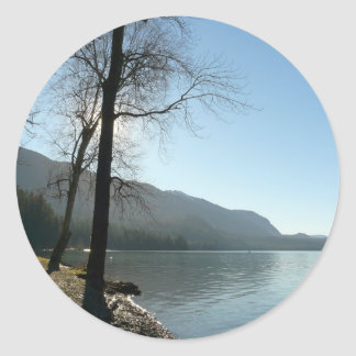 Paraíso de la orilla del lago etiqueta redonda