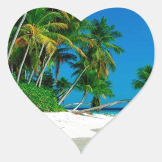 Paraíso perdido de la playa pegatina en forma de corazón