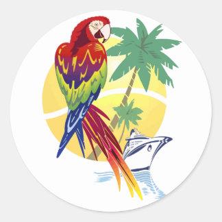 Paraíso tropical con el Macaw y el barco de Etiqueta Redonda