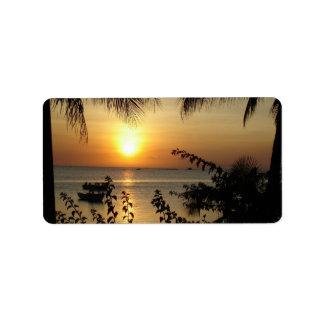 Paraíso tropical de la playa etiqueta de dirección
