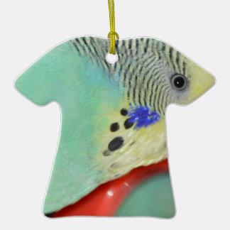 Parakeet que mira en espejo adorno de cerámica en forma de camiseta