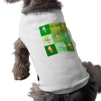 Parakeets y fondo verde playera sin mangas para perro