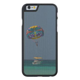 Parasailing colorido funda de iPhone 6 carved® de arce