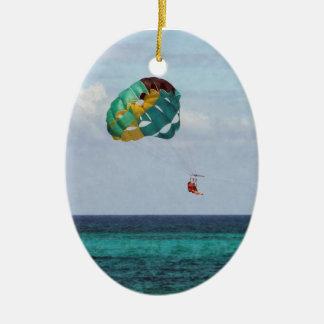 Parasailing de dos mujeres en las Bahamas Adorno Navideño Ovalado De Cerámica