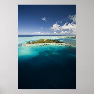 Parasailing sobre la laguna hermosa de Bora Póster