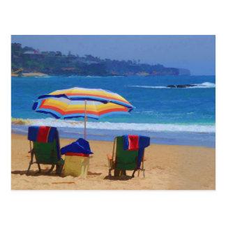 Parasol de playa colorido postal