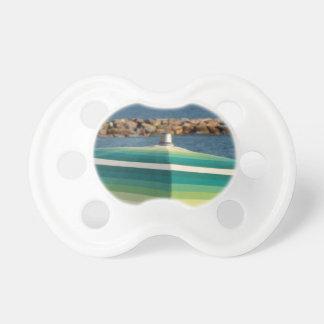 Parasol de playa en fondo del mar chupete de bebe