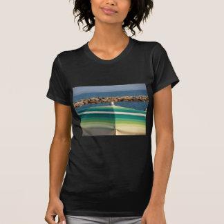 Parasol de playa en fondo del mar camiseta