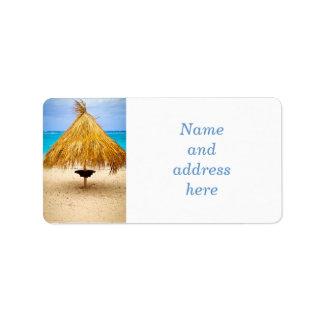 Parasol de playa tropical etiquetas de dirección