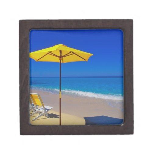 Parasol de playa y sillas amarillos en prístino cajas de recuerdo de calidad