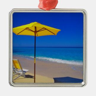 Parasol de playa y sillas amarillos en prístino ornamentos para reyes magos