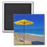 Parasol de playa y sillas amarillos en prístino imán cuadrado