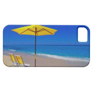Parasol de playa y sillas amarillos en prístino iPhone 5 funda