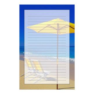 Parasol de playa y sillas amarillos en prístino papeleria personalizada